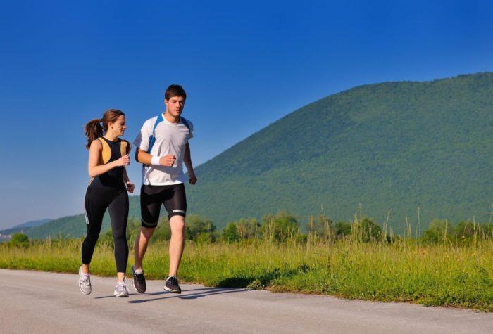高地を走る男女
